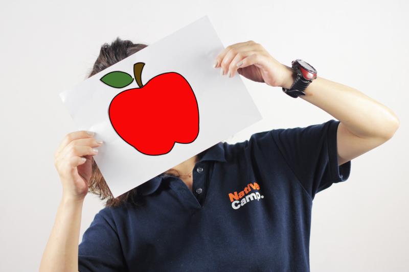 リンゴの絵を持った女性