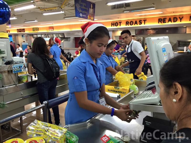 セブ島のスーパーマーケットの店員さん