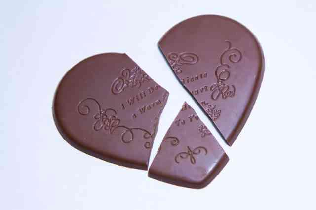 割れた♡型のチョコレート