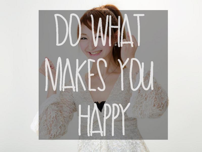 女性が嬉しそうに笑顔で微笑んでいる
