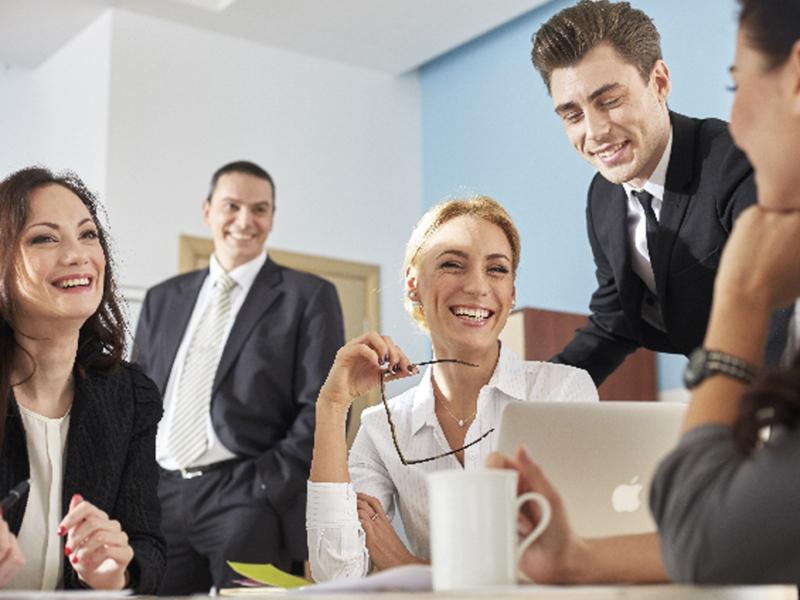 笑い合いながらミーティングをする人々