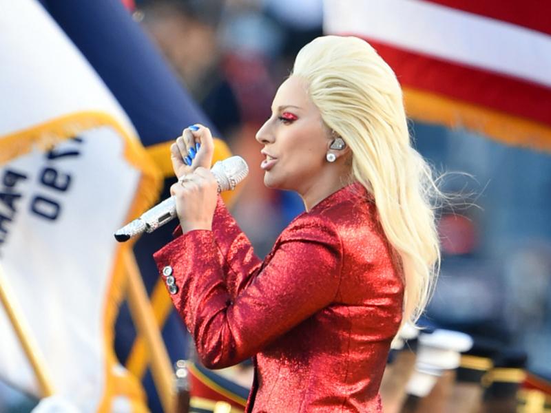レディーガガが国歌斉唱している写真