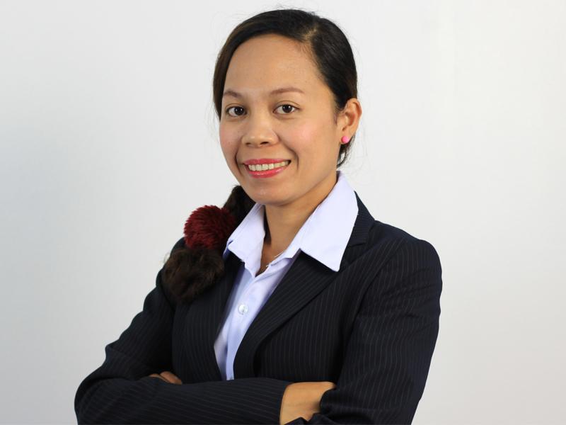 黒色のスーツを着たアイカ講師