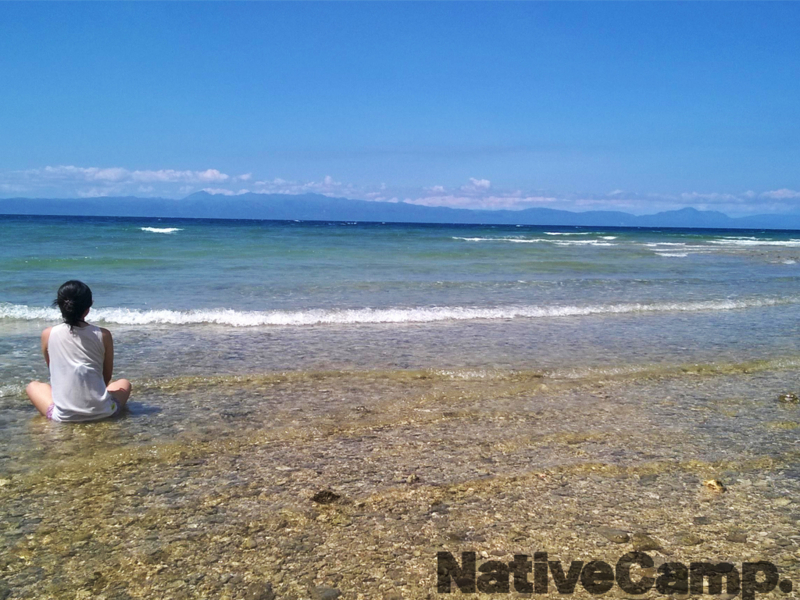 セブ島のビーチと女性の背中