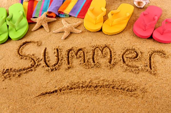 砂浜にsummerと書かれた写真