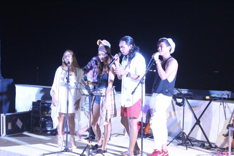 フィリピン人講師が歌を歌っている