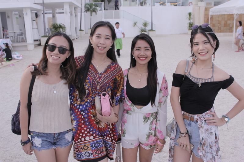 女性講師4名が並んでいる写真