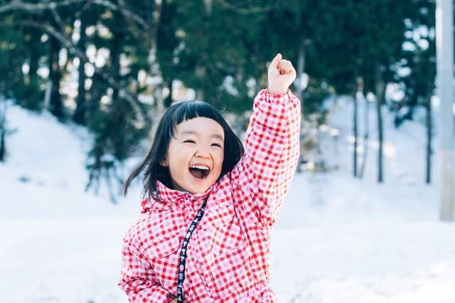 幼児が雪をみて喜んでいる様子