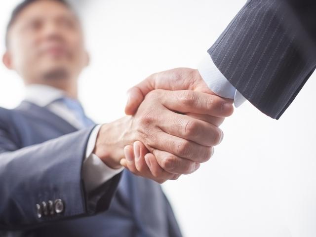ビジネスマンが握手