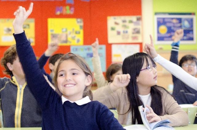 女の子の生徒が手を上げている