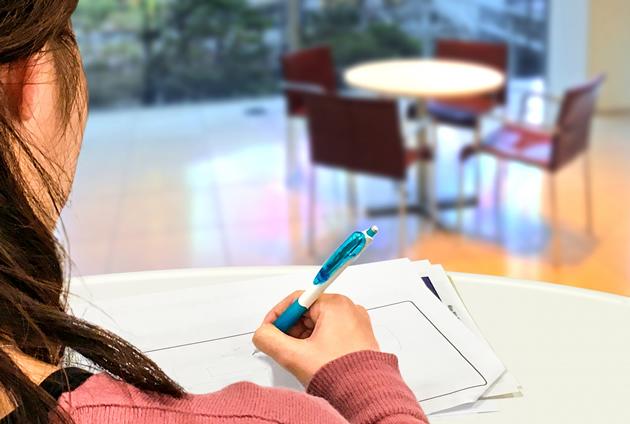 図書館で勉強中の女子大学生