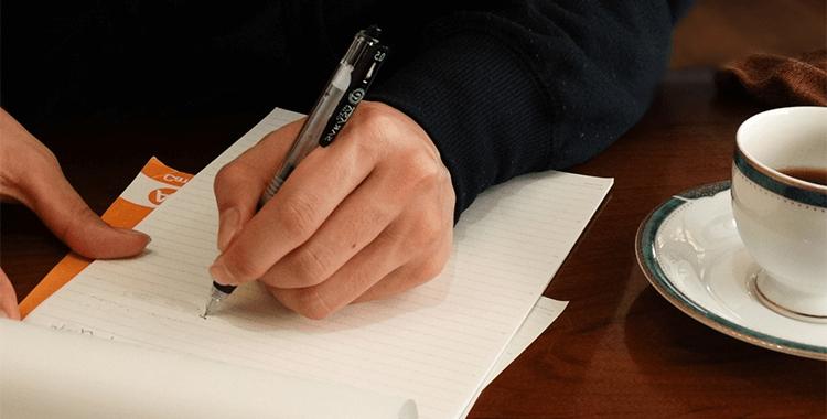 メモを取る人、ノート、文具、カフェ、勉強
