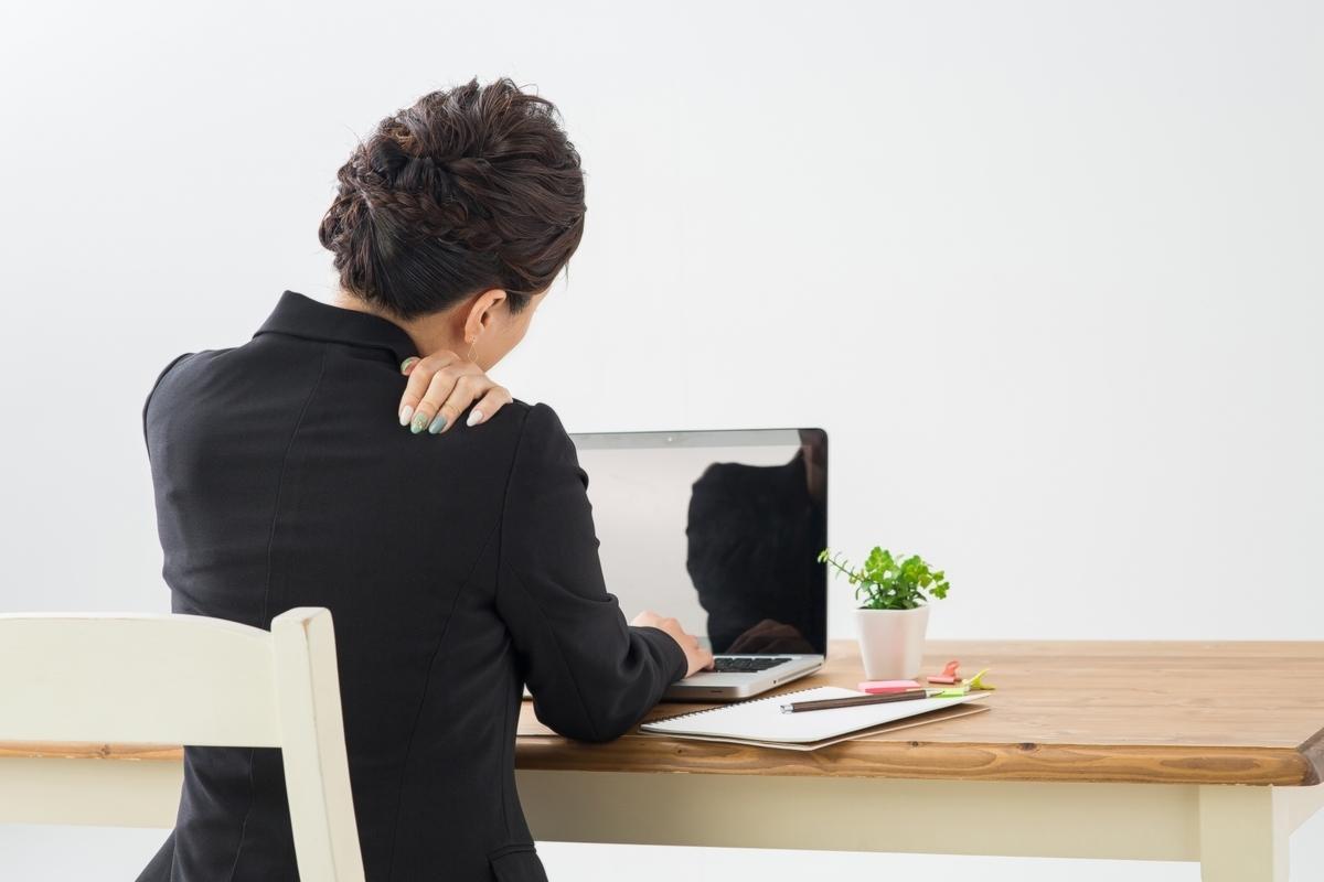 女性、肩こり、パソコン、デスクワーク