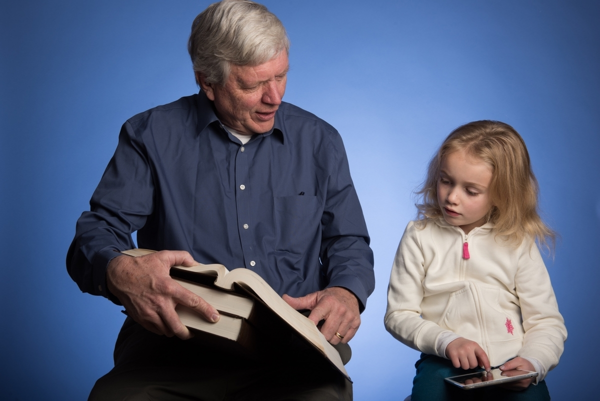 辞書を引く、おじいさん、孫、子供