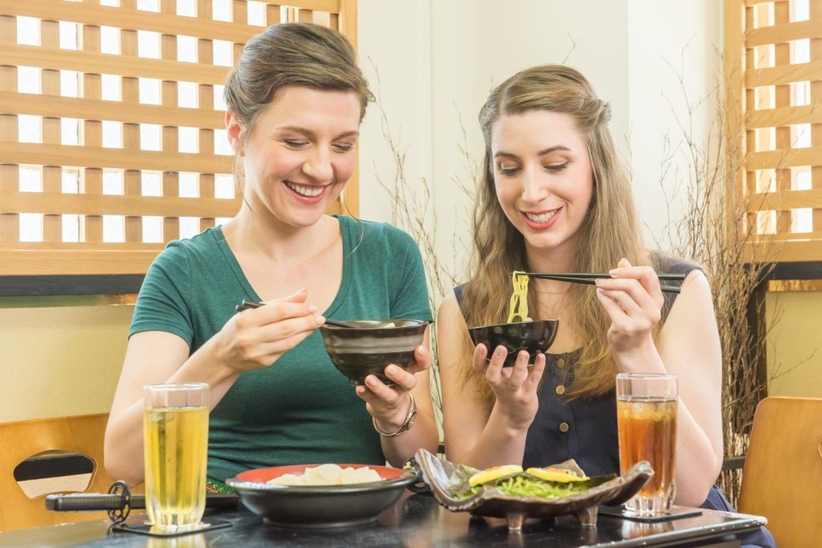 外国人、女性、カフェ、料理、食事