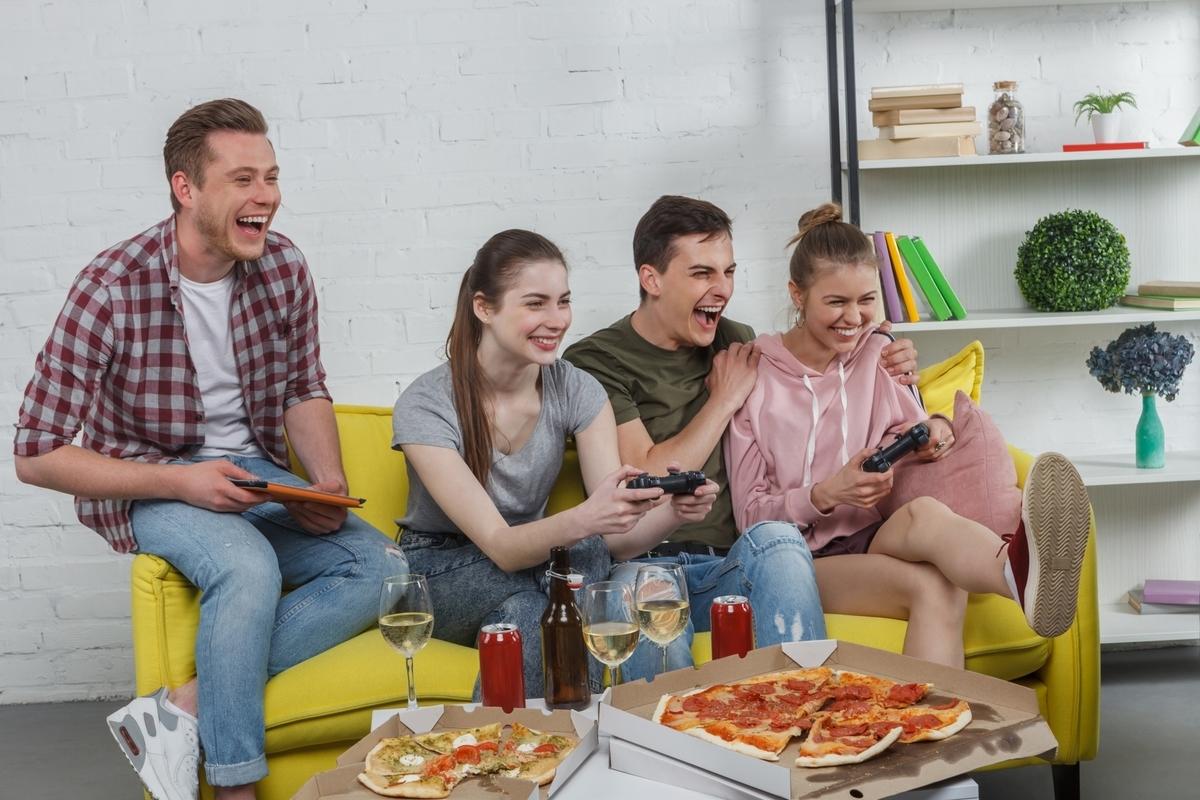友達同士でゲームを楽しむ、リビング、ピザ、休日