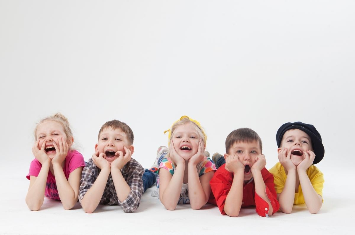 おしゃべりする子供、のんびりする外国人の子供
