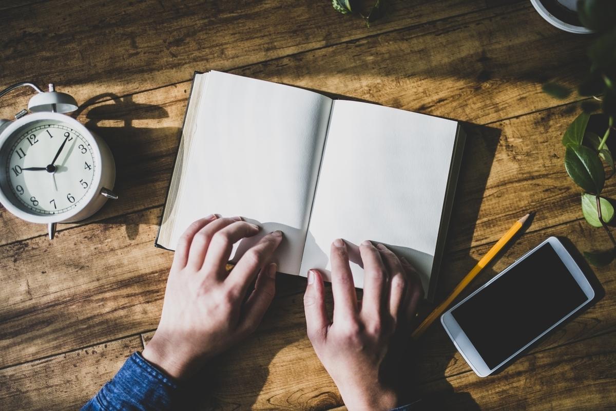 読書、本、机、時計、スマホ