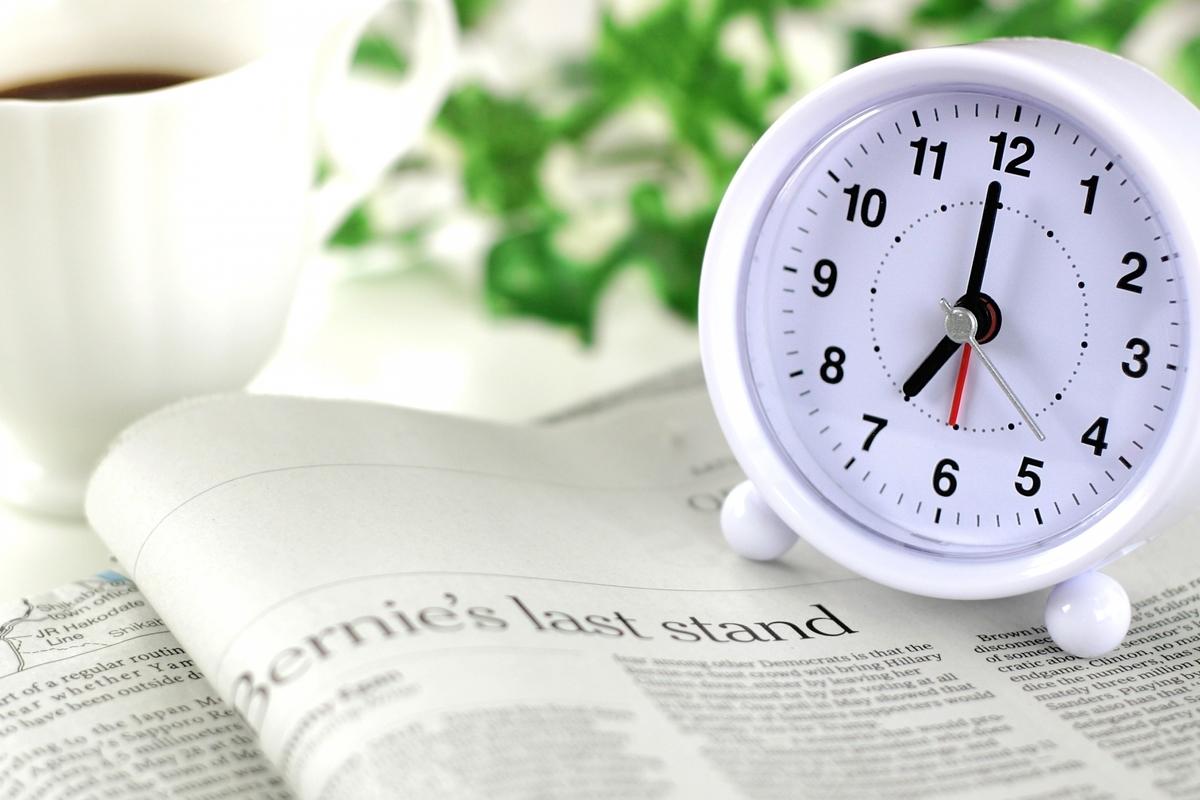 時計、目覚まし時計、新聞、英字新聞
