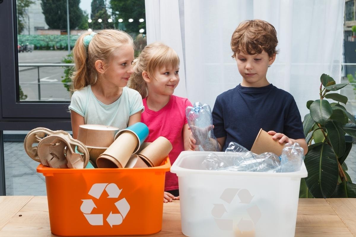 ゴミの分別をする外国人の子供