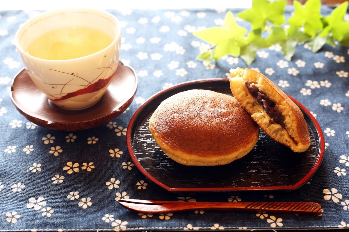 どら焼き、お茶、日本茶、和菓子