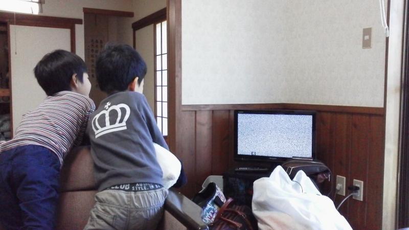 「空きチャンネルに合わせたテレビの色」を見て、盛り上がる子供たち