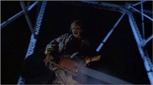 10062005『悪魔のいけにえ2』チェーンソー持って、走行中の車上で仁王立ちです。.JPG
