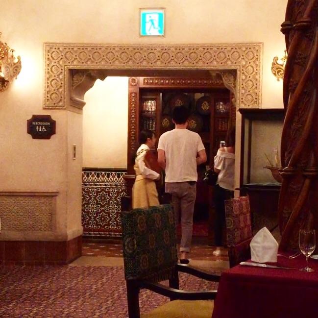 本棚の扉とワインセラーのお部屋