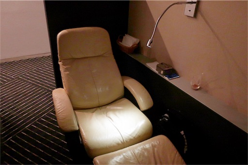 半個室の仮眠できるような椅子が置いてあるスペース