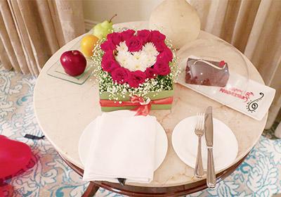 結婚祝いのケーキとフルーツ