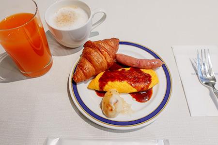朝食ブッフェで朝ごはんを