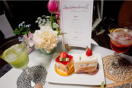 お花とメニューとカクテルとケーキ
