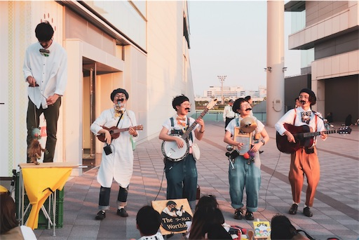 東京蚤の市:歌を歌う人