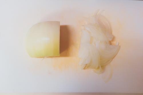 お手軽カルパッチョの作り方1、玉ねぎを切る