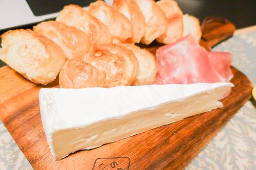 チーズ・パン・生ハムを盛る