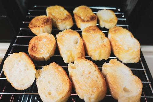 パンをグリルで焼く