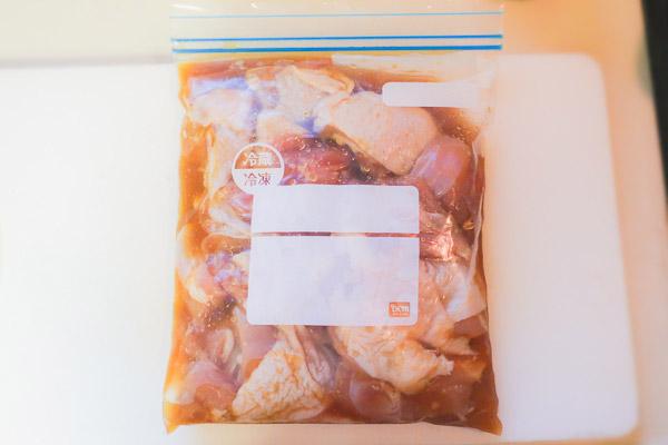 ヤンニョムチキンの作り方:鶏肉に味付けする