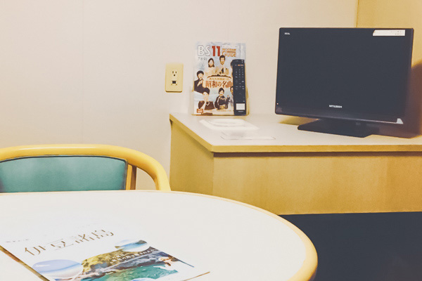 さるびあ丸特一等室テーブル・テレビ・ソファ