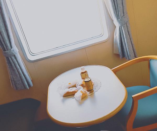 さるびあ丸特一等室窓辺