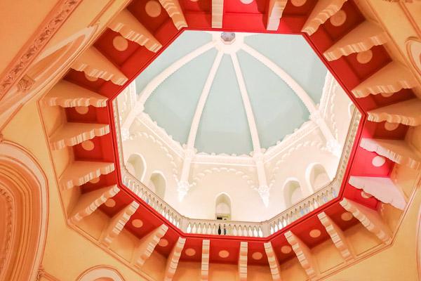 タージマハルホテルパレス館らせん階段天井