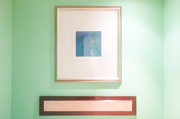 上品な白とターコイズブルーを基調とした華やかなお部屋