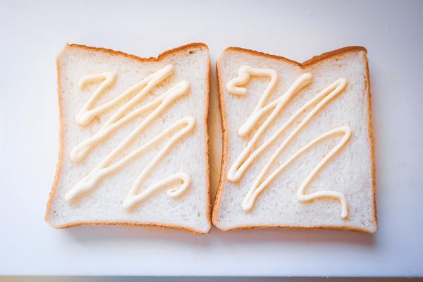 作り方②パンにマヨネーズを塗る