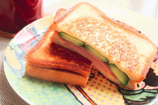 ハムときゅうりとチーズのホットサンド