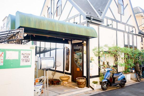 東京の本郷三丁目にある 金魚の卸問屋&カフェ 『金魚坂』