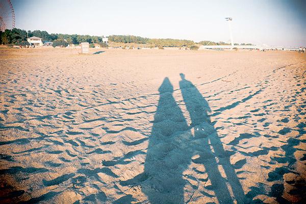 伸びる影と砂浜