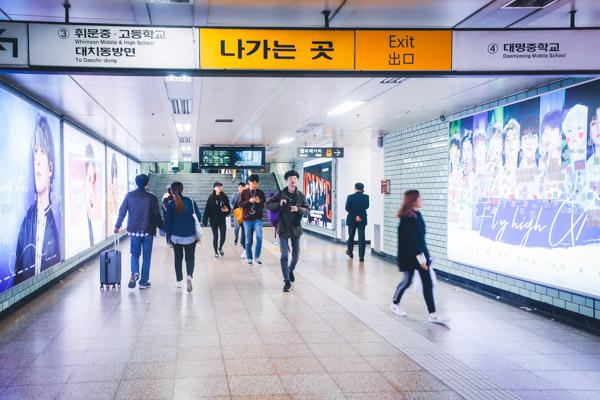 三成駅アイドル誕生日の通路