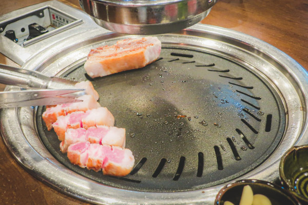 肉典食堂ユクチョンシクタン肉は焼いてくれる