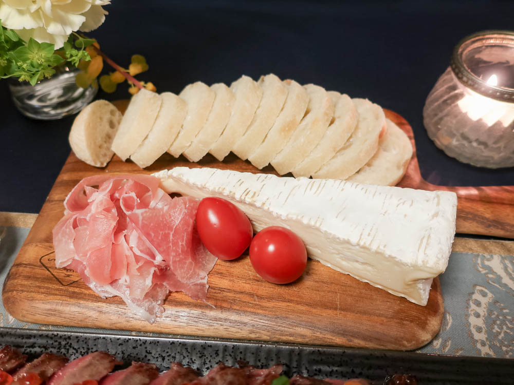 パンやチーズ、ハムなどのアソート