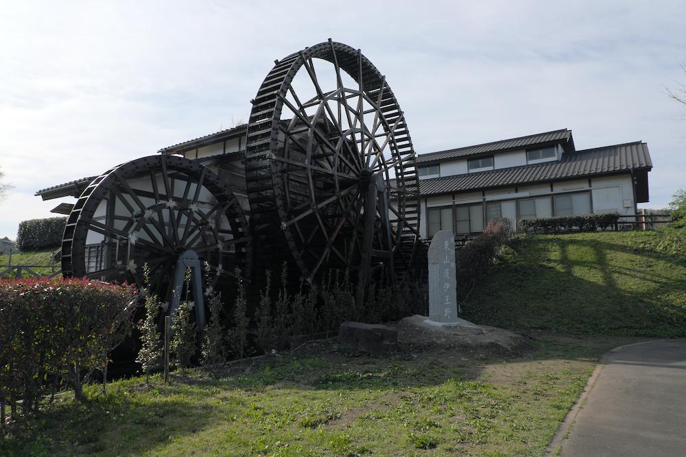 道の駅「東山道 伊王野」の巨大水車(全景)