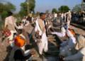 [インド]鉄道を占拠するデモ隊